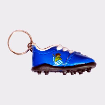 Llavero de la Real Sociedad con forma de bota. Ideal para regalar a los aficionados de este equipo.